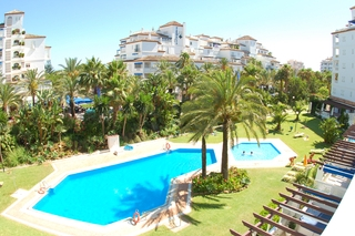 Beachside appartement te koop in Playas del Duque, Puerto Banus, Marbella 1