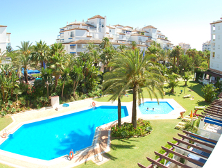 Beachside appartement te koop in Playas del Duque, Puerto Banus, Marbella
