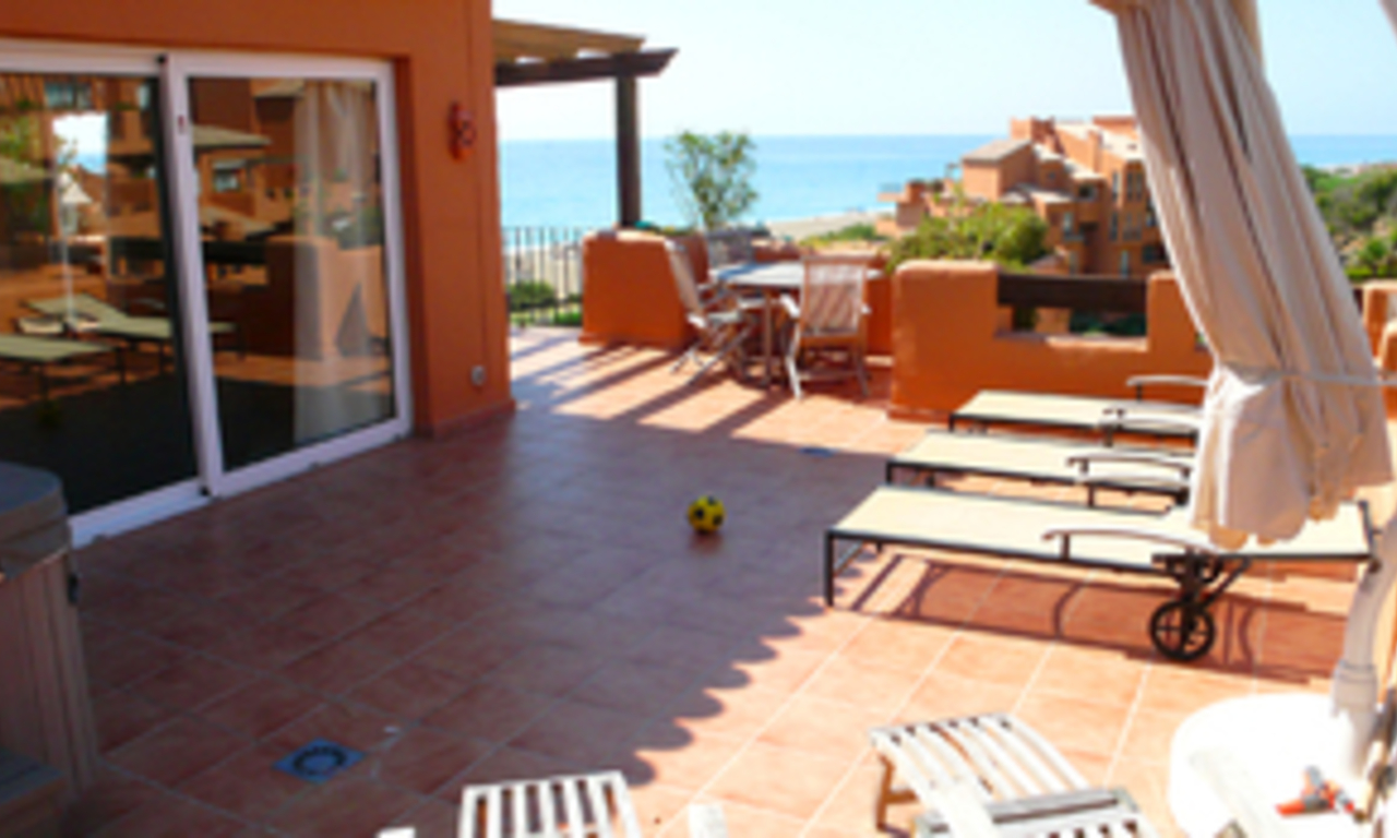 Beachfront penthouse appartement te koop in La Duquesa, Costa del Sol, Spanje. 6