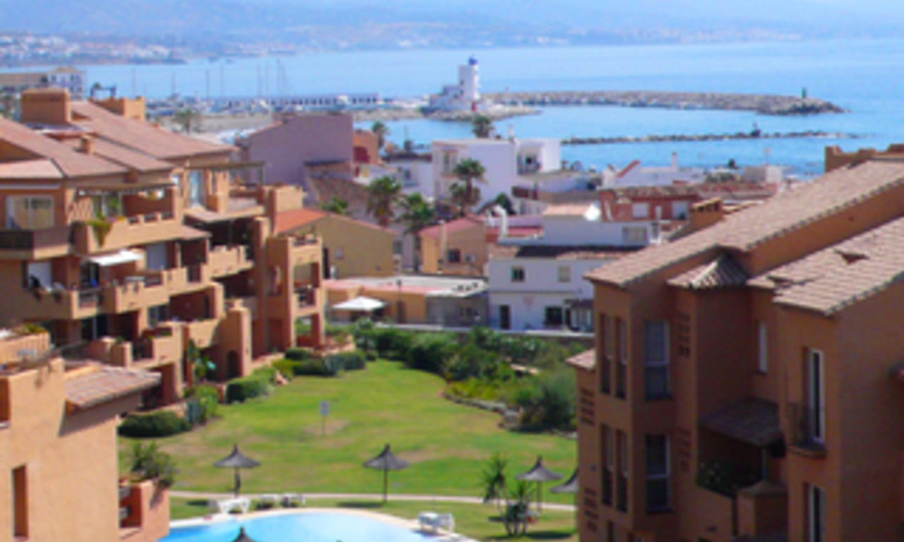 Beachfront penthouse appartement te koop in La Duquesa, Costa del Sol, Spanje. 2