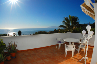 Beachfront penthouse appartement te koop in Elviria, East Marbella