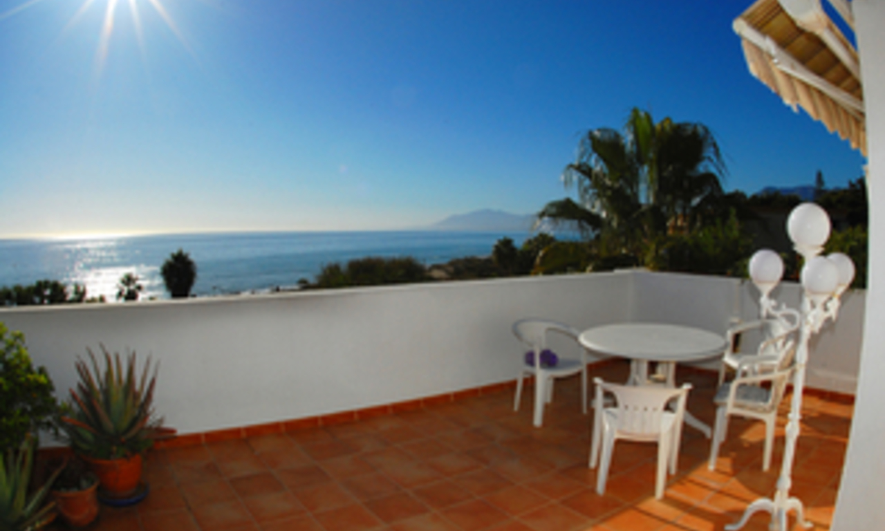 Beachfront penthouse appartement te koop in Elviria, East Marbella 0