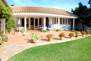 Frontline golf villa te koop, beachside en direct aan de golf course te Marbella 12