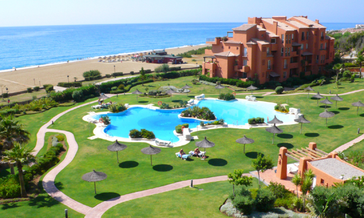 Appartement en penthouse te koop, beachfront La Duquesa, Costa del Sol 0