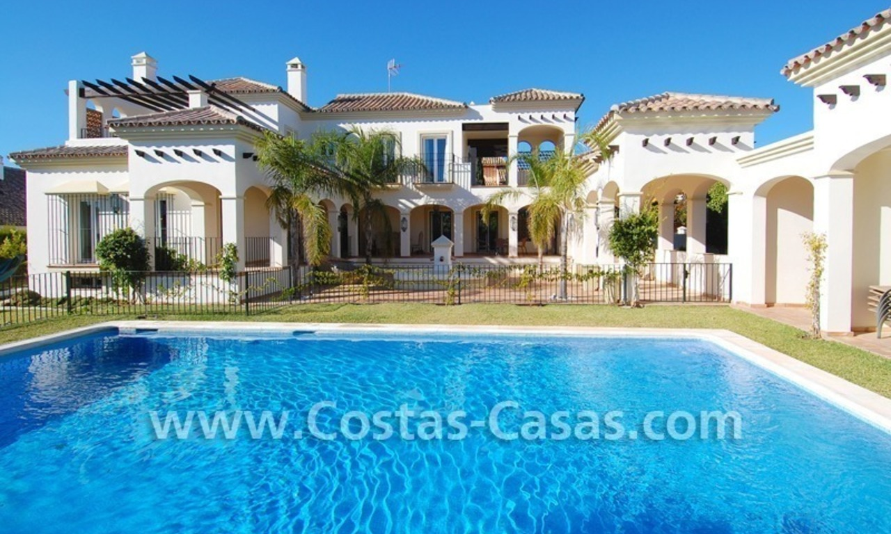 Luxe beachside villa te koop in Marbella 0
