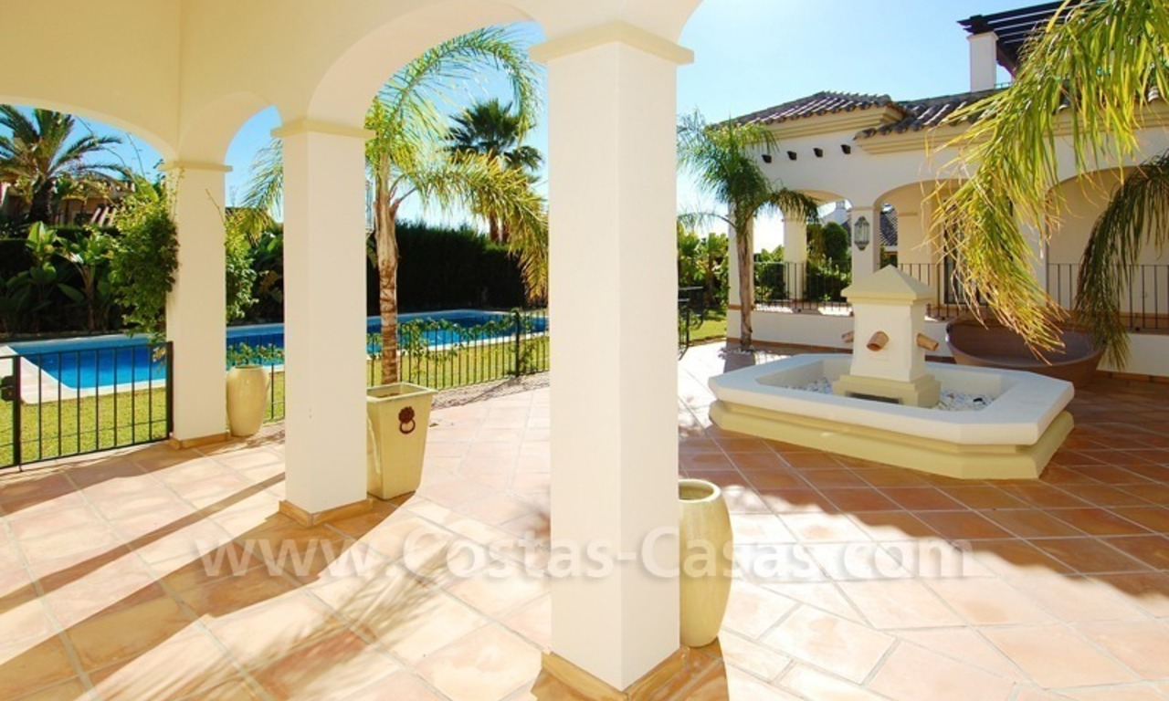 Luxe beachside villa te koop in Marbella 6
