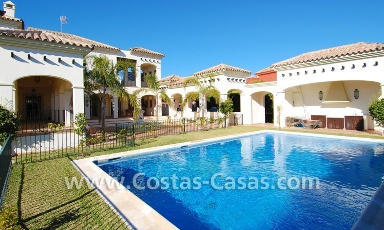 Luxe beachside villa te koop in Marbella 1