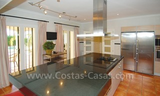 Luxe beachside villa te koop in Marbella 16