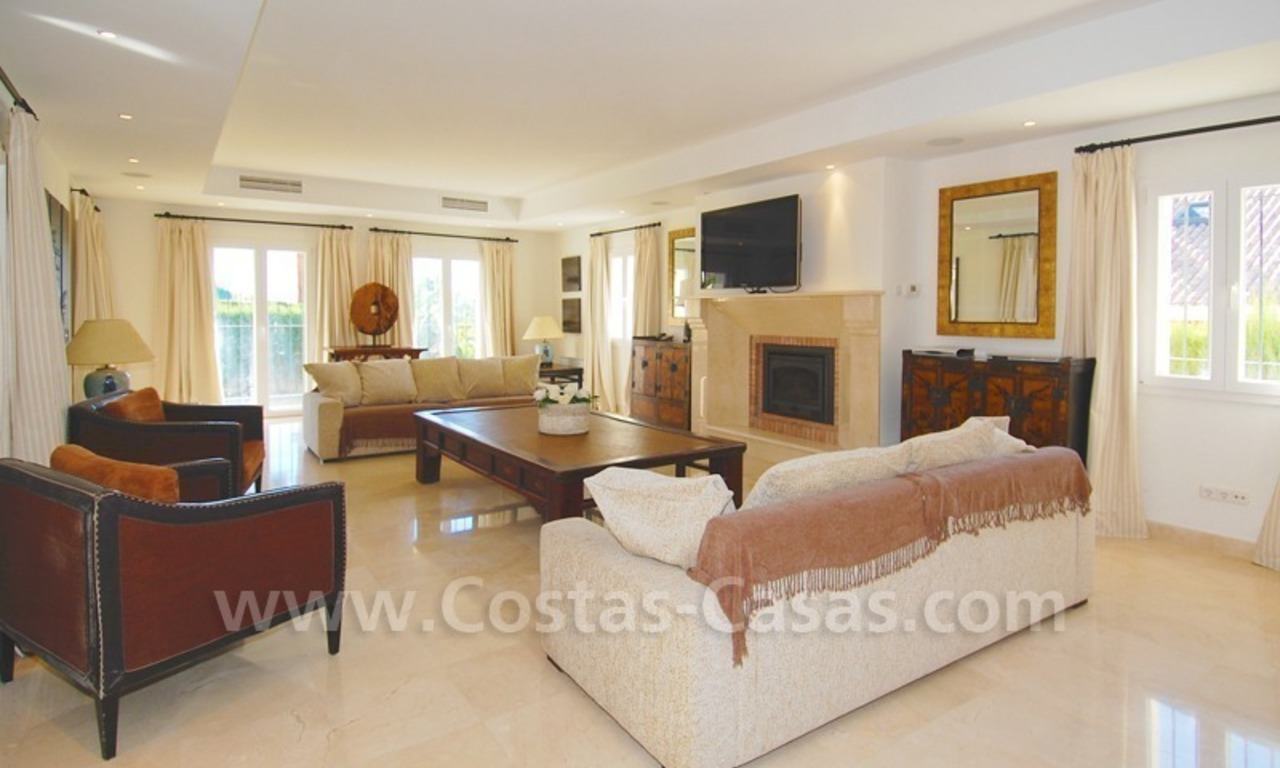 Luxe beachside villa te koop in Marbella 14