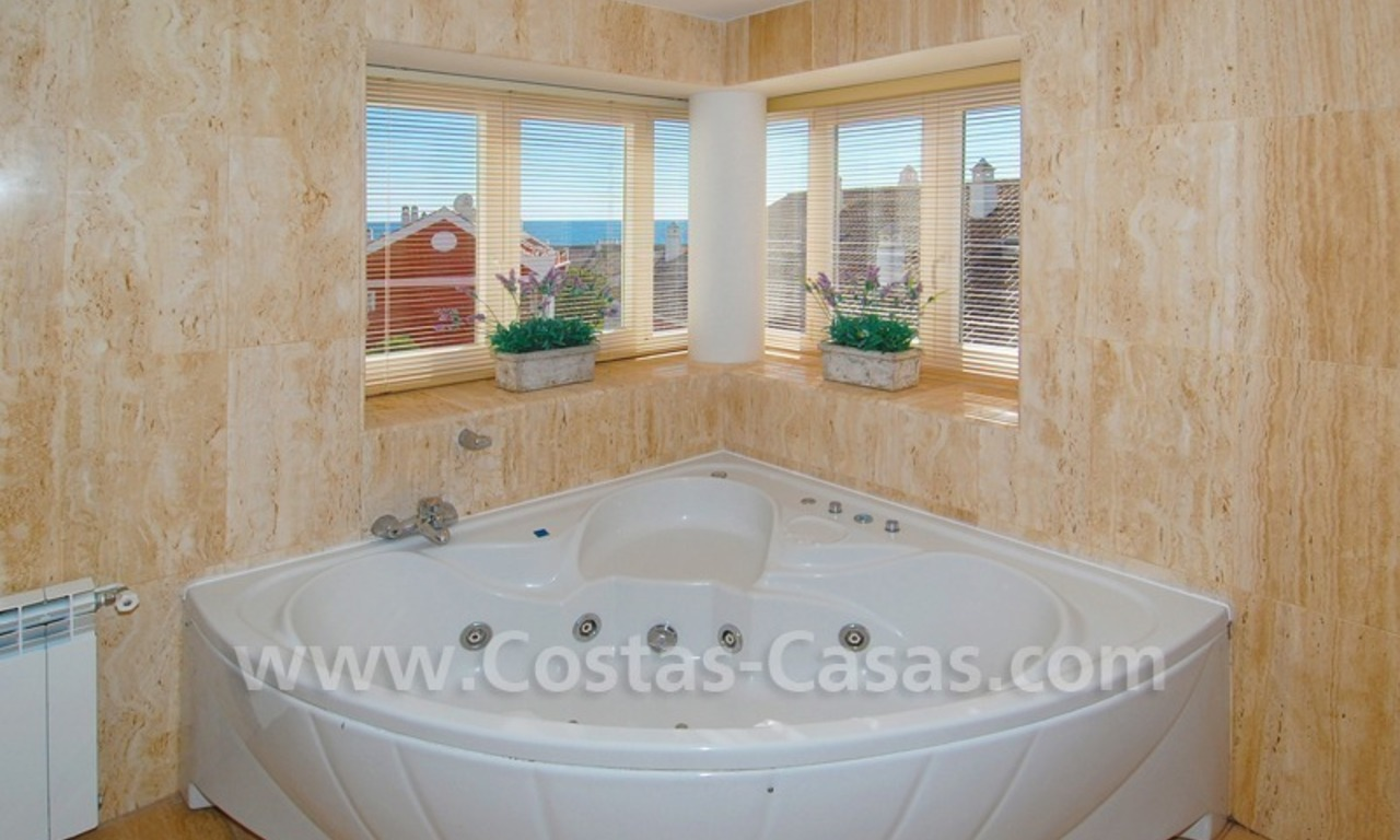 Luxe beachside villa te koop in Marbella 23