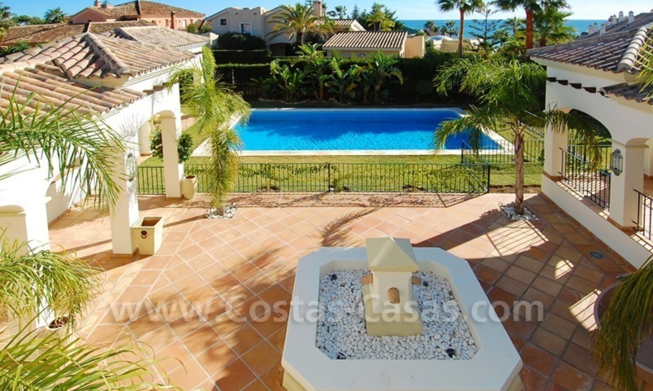 Luxe beachside villa te koop in Marbella 25