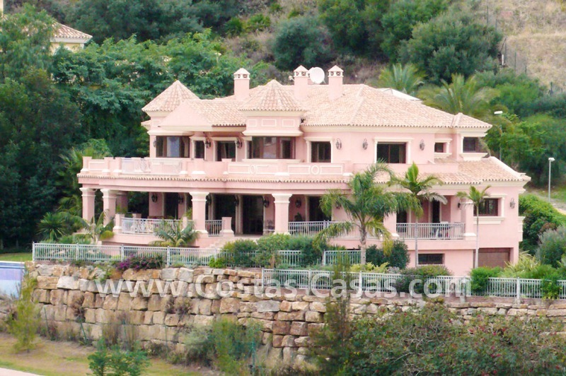 Exclusieve ruime villa mansion te koop direct aan de golf in Marbella - Benahavis