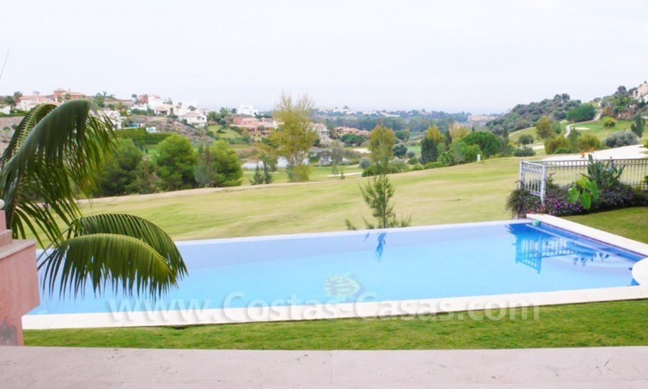 Exclusieve ruime villa mansion te koop direct aan de golf in Marbella - Benahavis 1