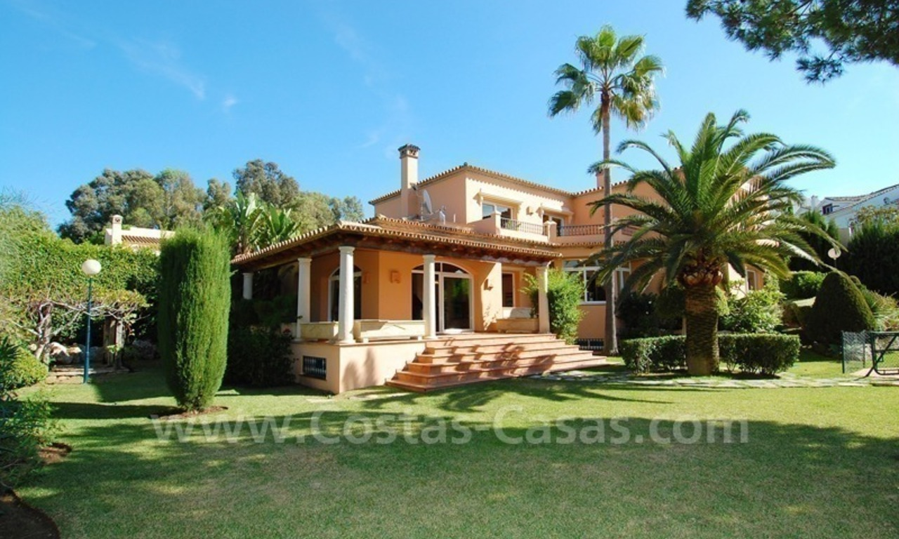 Beachside villa te koop in Elviria, Marbella 0