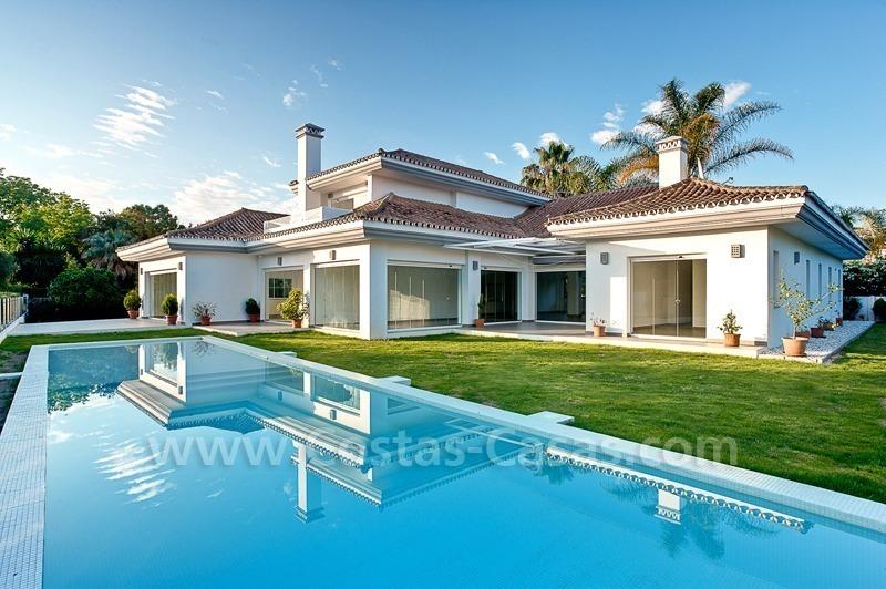 Moderne eerstelijn golf villa te koop nueva andalucia marbella for Villas modernes photos