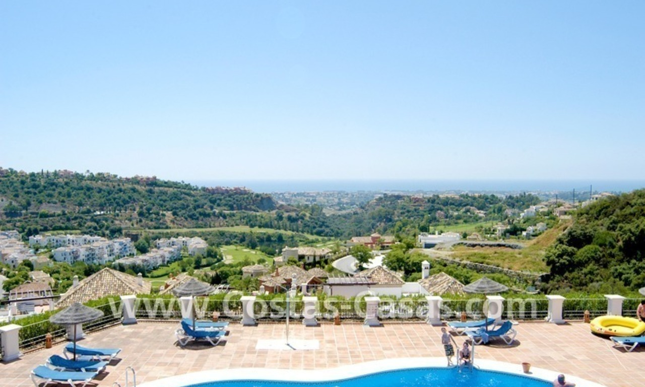Bargain golf appartement te koop direct aan golfbaan in West Marbella – Benahavis 1