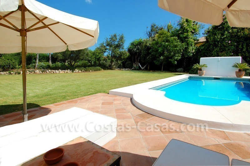 Marbella villa te koop vlakbij het strand op grote tuin perceel - Houten strand zwembad ...