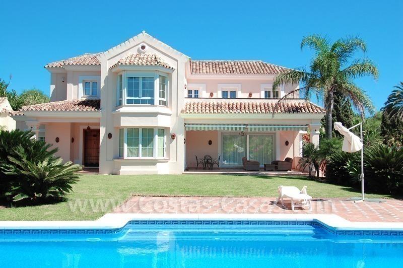 Beachside villa te koop in een moderne Spaanse stijl dichtbij het ...