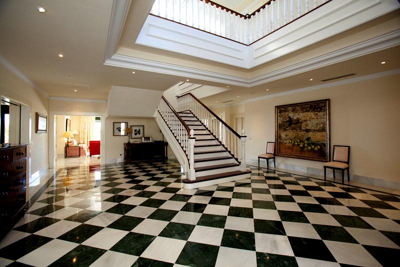 Exclusieve villa te koop in een moderne andalusische stijl op de golden mile in marbella - Trap binnen villa ...